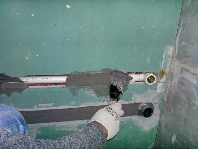 Можно ли в несущие стены закладывать трубы